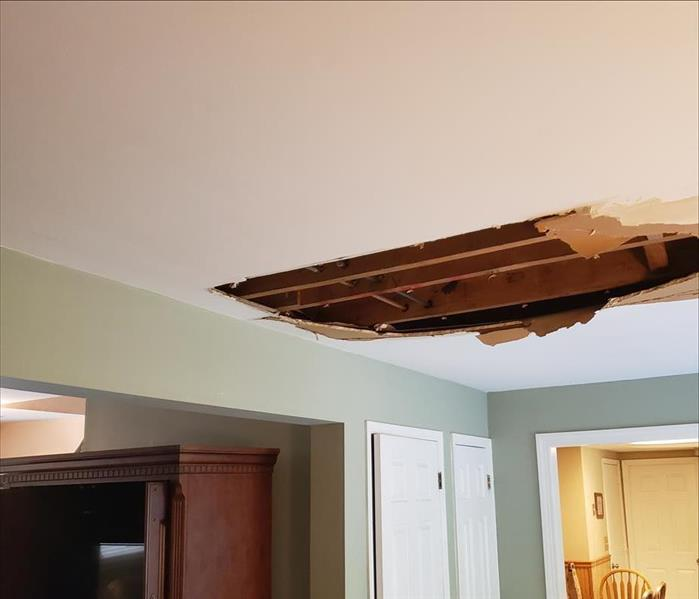 Water leak from pipe causes damage in a living room ceiling